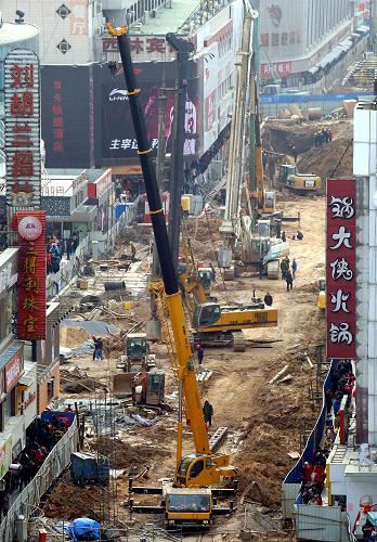 王颂/大型吊装机械在德化街工地上施工。新华社记者王颂摄