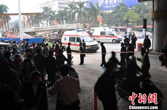 1月2日下午,广西南宁市中心民族大道一施工现场发生塌方事故,3名工人被埋。 刘万强 摄