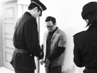 北京市第一中级人民法院刑事审判庭,段振豪等待进入法庭受审。