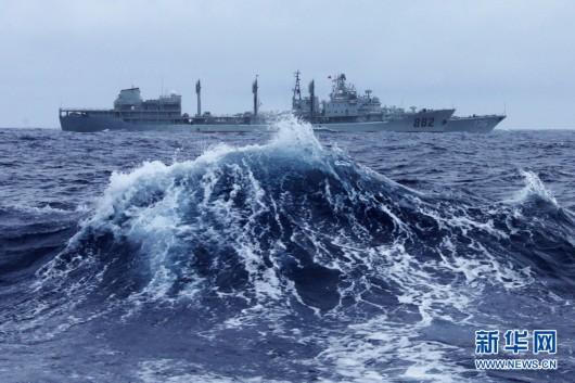 12月6日,鄱阳湖舰在大风浪中为杭州舰补给。新华军事特约记者 琚振华 摄