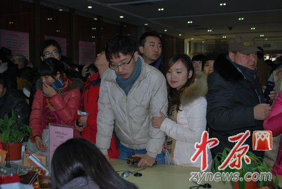 一生一世引爆结婚潮 郑州新人排队半里路领证