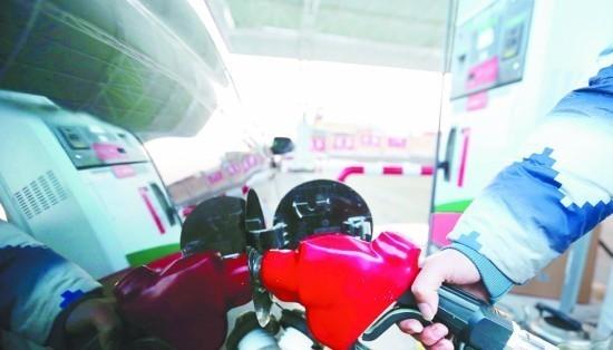 油价上涨后,油枪一开,车主又要多掏钱了。