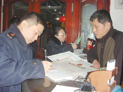 工商人员在饭店检查。