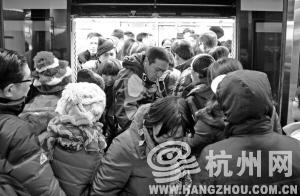 昨天早高峰,地铁1号线武林广场站非常拥挤。今天高峰出行,请大家相互体谅。记者许康平摄