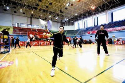 武汉举办社区羽毛球双打对抗赛 冠军奖金3000元