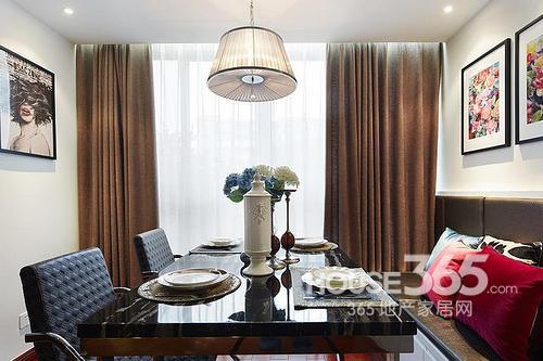 丁克夫妇80平米港式风情:餐厅餐桌椅近景,卡座搭配餐椅设计,节省空间