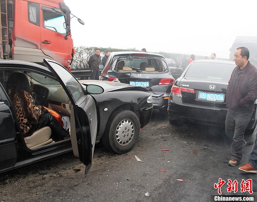 图为车祸现场惨不忍睹.图片