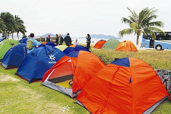 酒店价格太高,游客自搭帐篷海边过夜 CFP图