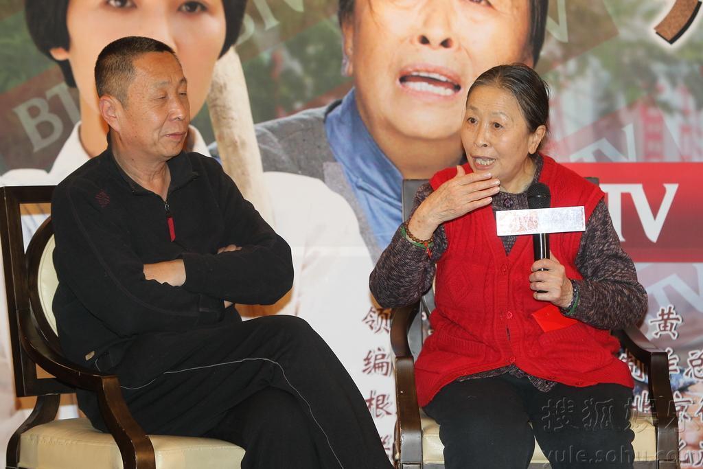 """由于在该片中,巩汉林与老婆金珠演死对头,现场他还""""抱怨""""起来,""""不光图片"""