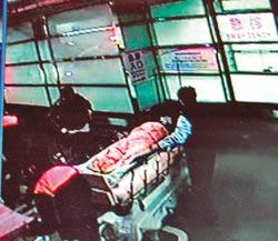 嘉义市帮派古惑仔械斗后受伤,深夜被送至医院急救。台湾《中国时报》廖素慧翻摄