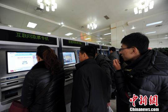 图为1月7日,此前在互联网上购票的旅客在南昌火车站排队取票。 鲍赣生 摄