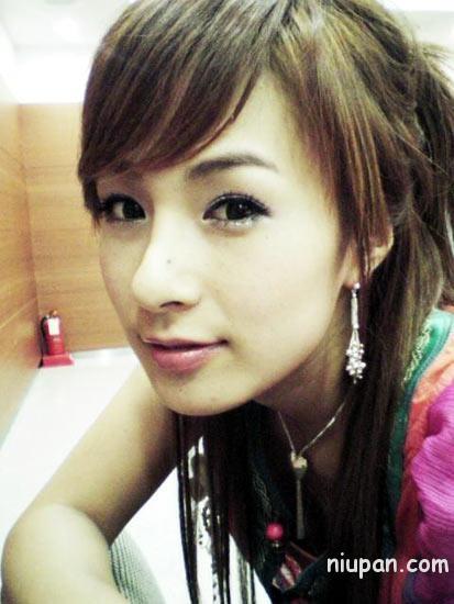 蔡妍/蔡妍,她的脸上也有痦子,这么一看就有三四个。因为打了粉底的...