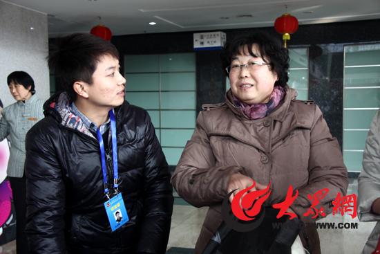 济南幼儿师范教师罗虹(右)认为