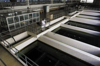 昨日,第九水厂技术人员在取水样进行检测。 新京报记者杜丁摄