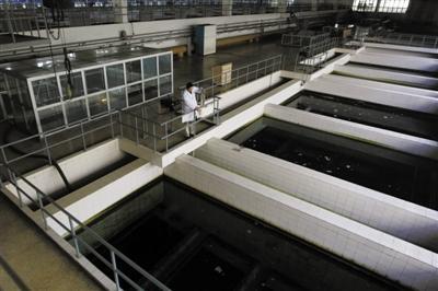 昨日,第九水厂技术人员在取水样进行检测。 新京报记者 杜丁摄