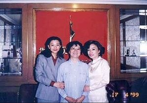 温家宝之女温如春(左),温家宝夫人张蓓莉(中间)。(网络图片)