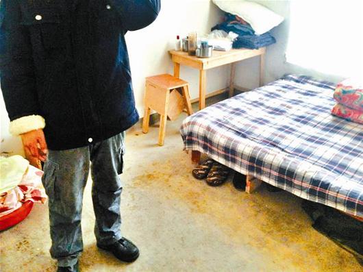 另外两间卧室里,又摆放了3张简陋的木板床.图片