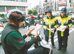 """桃园县中坜警分局则出动警花上阵劝导,希望""""转移""""低头族焦点。图自台湾《中国时报》"""