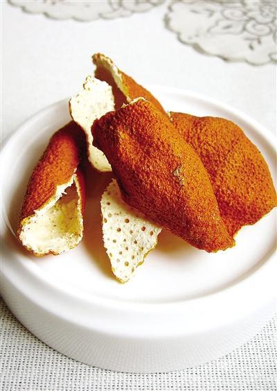 橘皮长时间保存后,中医将其称之为陈皮,具有化痰止咳的作用。