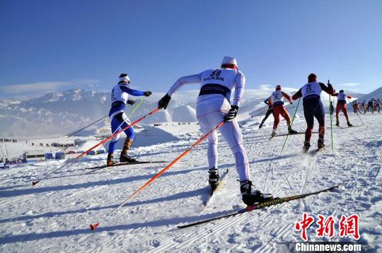 比赛前,参赛选手正在热身,他们的滑雪板宽度仅为三根手指的宽度。 马新龙 摄