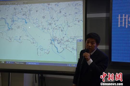 图为邯郸市环保局总工程师侯日升向记者介绍岳城水库检测情况 庞帅 摄