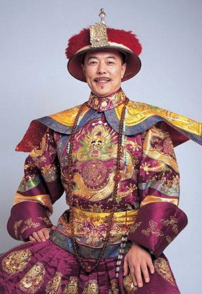 《还珠格格》1-2 乾隆 (张铁林)这个皇阿玛算是乾隆里比较经典的.-