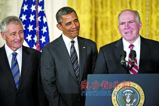 7日,美国总统奥巴马(中)与他提名的下任国防部长人选哈格尔(左)和中央情报局局长人选布伦南(右)一起出席新闻发布会。