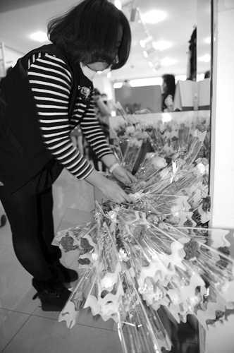 东西被一抢而空,店主准备的鲜花却无人问津。