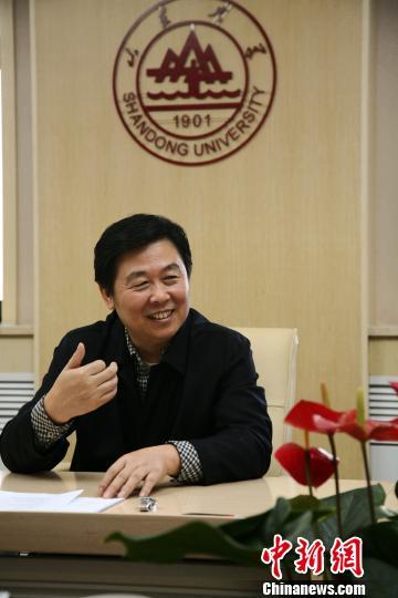 图为山东大学校长徐显明接受媒体采访。 梁�� 摄