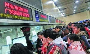 火车站取票窗口前已排起了长龙。 记者顾展旭 摄