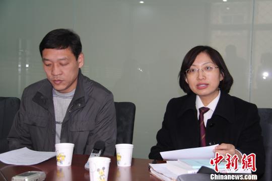 图为河北省邯郸市中级人民法院立案庭工作人员介绍受理情况 马继前 摄