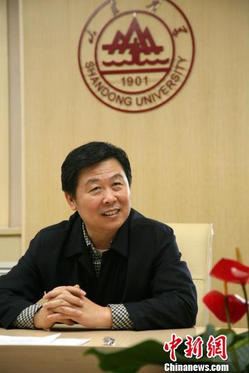 图为山东大学校长徐显明接受本网记者专访。梁�纳�