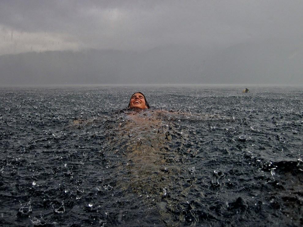 2012_2012国家地理摄影作品展:北极光照亮挪威小镇(组图)