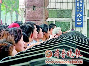 2012年6月12日,济南初三学考济南回民中学考点外,家长们在焦急地等待。(本报资料图)  本报记者 杨凡 摄