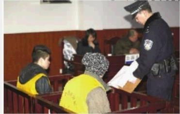 1月10日上午,省高院在宁乡县人民法院开庭审理唐金涛与王华(左)抢劫杀人案。通讯员 李思文 摄