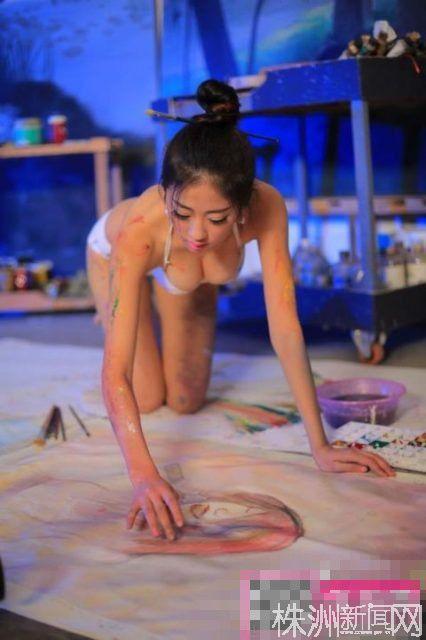 女性色色艺术照片_艺术系女生着内衣用身体作画 称不是搞色情 (1)(图)