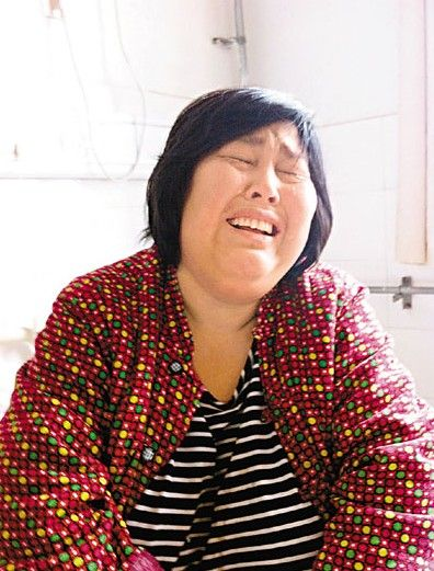 提及被开封福利院接走的几个孩子,袁厉害便失声痛哭。来源:香港《文汇报》