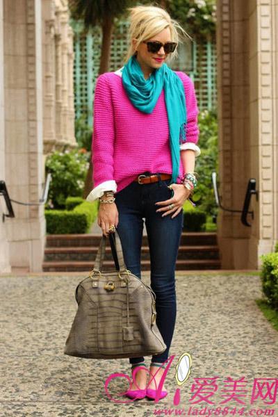 深蓝色配枚红色_平底鞋   超级醒目的一套造型,玫红色毛衣和湖蓝色的围巾绝对是