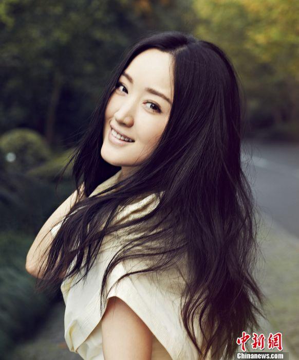 小女孩luotizaicaodishang_杨钰莹长发披肩笑靥如花 回眸一笑百媚生(组图)