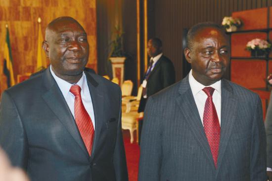 """1月11日,中非总统博齐泽(右)和反政府武装联盟""""塞雷卡""""领导人乔托迪亚在加蓬首都利伯维尔举行和谈。 新华社/法新"""
