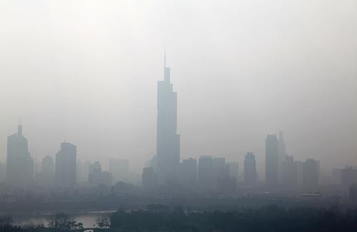 1月13日,南京紫峰大厦(中)等高楼笼罩在浓雾中。新华社发(刘建华 摄)