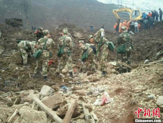 1月11日,云南省镇雄县果珠乡高坡村赵家沟村民组发生一起山体滑坡灾害事故,目前,已造成18人遇难、2人受伤。图为滑坡现场。吴如志 摄