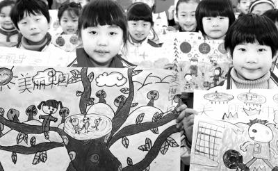 小学生用画笔描绘 美丽中国