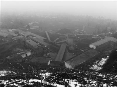 高坡煤矿矿区,就在事发滑坡地数百米开外。新京报记者 周岗峰 摄