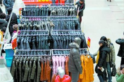 """遭遇27年来最冷冬天,市场""""冷生意""""火爆,性价比相对较高的<a href='http://www.lllooo.com' target='_blank'>羽绒</a>服是人们御寒的首选"""