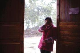 1月13日,浏阳市洞阳镇砰山村,周女士回忆起胎儿落地的那一幕,伤心的眼泪就流下来。图/实习记者蒋丽梅