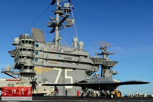 """2012年12月,诺思罗普―格鲁曼公司的无人舰载机X―47B在""""哈里・杜鲁门""""号航母上进行甲板滑行测试。"""