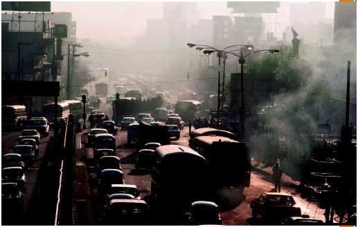 弥漫在城市上空的烟雾模糊了拉各斯的天际.一亿两千万的人口面临