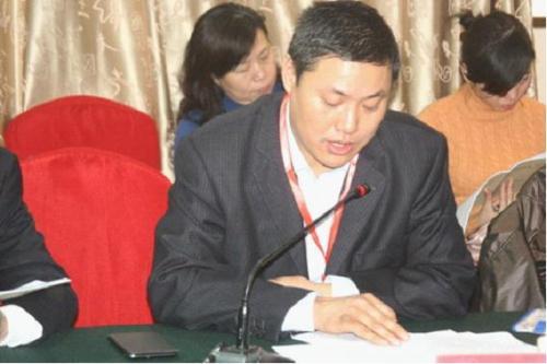 中国担保协会执行秘书长王三福主持会议且听取参会代表审阅意见