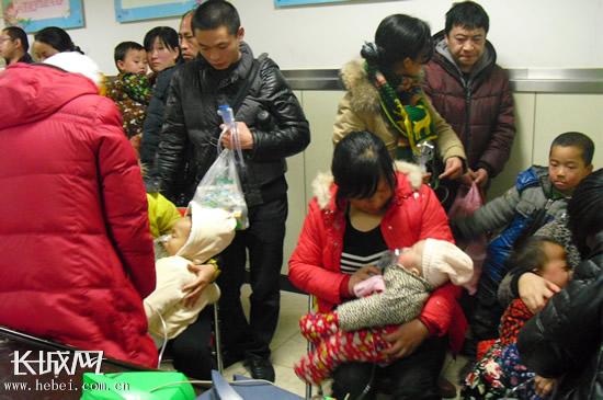 河北省儿童医院走廊上挤满了上百位前来就诊的患儿